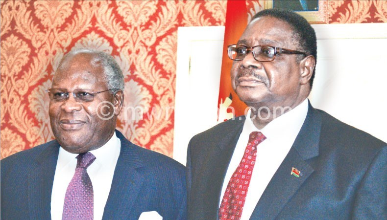 Muluzi (L) and Mutharika during the Sanjika meeting