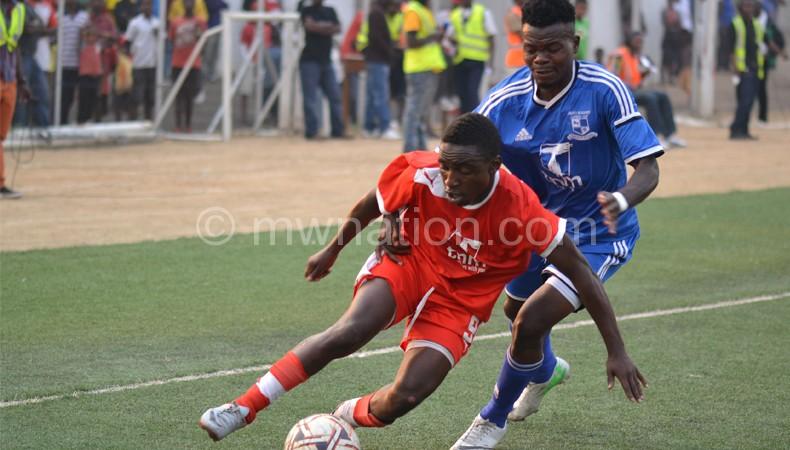 Musa Manyenje (L) tries to beat Kaziputa in a previous encounter