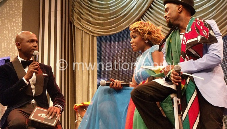 IK having a chat with Malawi's Sipe (C) and Zimbabwe's JJ  (R) after their eviction from the house