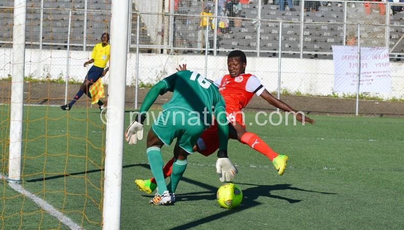 Chande (R) fails to beat Al Hilal 'keeper Maxim