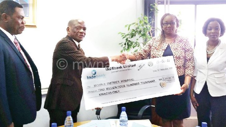 Banda (2ndR) receives the cheque from Press Trust CEO Patrick Mhango