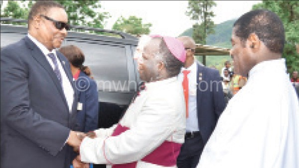 Archbishop Msusa (C) welcomes Mutharika at the ceremony
