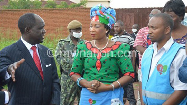 Zeleza (L) briefing Mutharika (C) at the dumping site