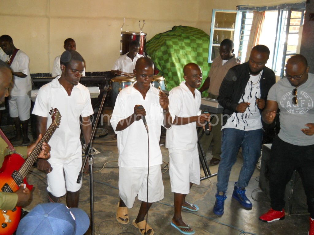Mhango-2R-dancing-along-with-the-inmates-band