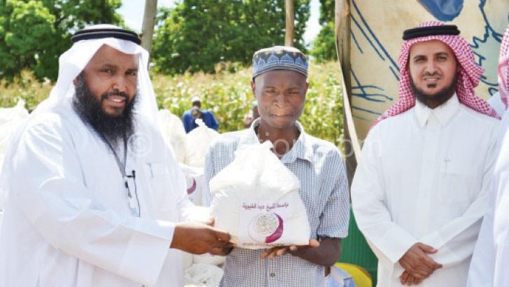Al-saaq (L) donating maize flour in Zomba