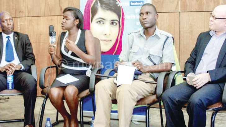 Mapira (2nd L)stresses a point during the discussion. The others are (from L) Khanje, Southern Region Police spokesperson James Kadadzera and Machila