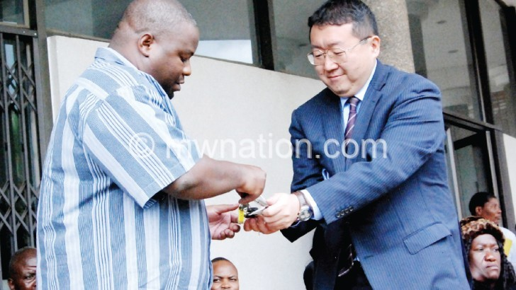 Mutoh (R) handing over keys to Nankhumwa