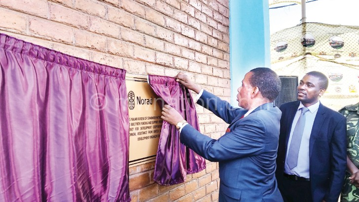 Mwanamvekha unveils the plaque to mark the official handover