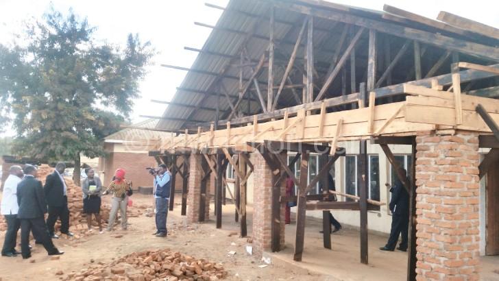 Nankhumwa (Kumanzere) sadakhulupirire kuona mmene ntchito ya  Chipatala cha Biwi ikuyendera