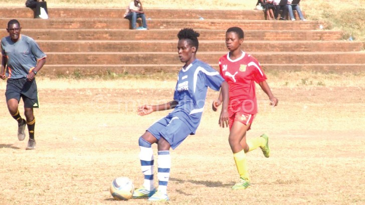 Skippers' Mkuzilire (L) makes a pass during the semi-final encounter