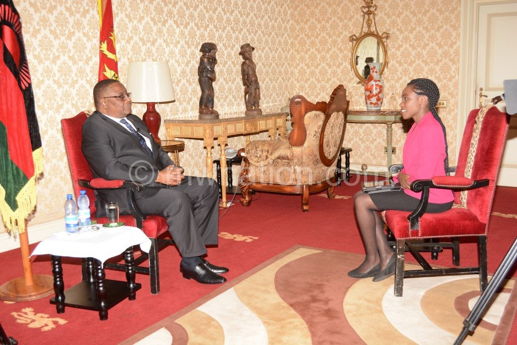 BBC journalist Anne Soy (R) talks to Mutharika about the Nsanje 'hyena'