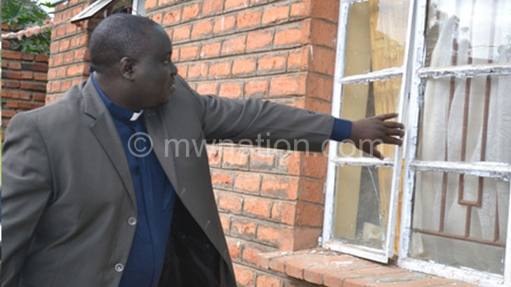 Khuzeya points where the  robbers broke in