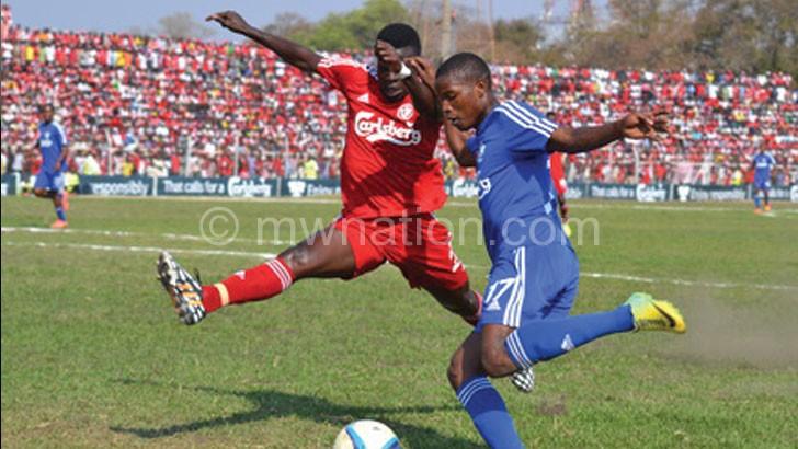No way: Bullets defender Pilirani Zonda (L) challenges Wanderers' Isaac Kaliyati during the 2015 final