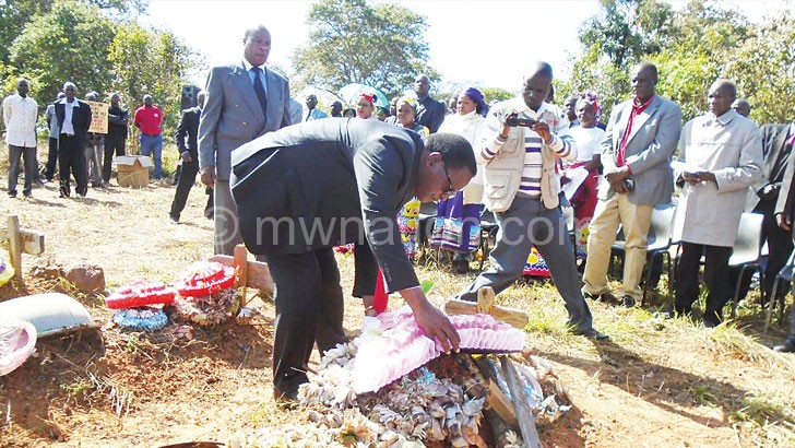 Chakwera lays a wreath on one of the graves