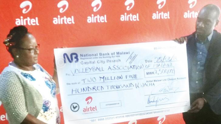 Nthakomwa (L) receives a symbolic cheque from Kasambara