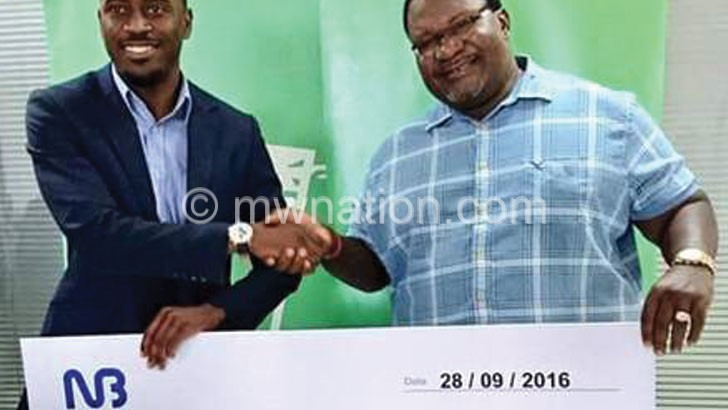 Banda (R) receiving the dummy cheque from Jonazi