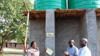 Alumni hand over water pump, cash