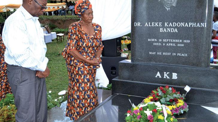 Hundreds celebrate AKB's life