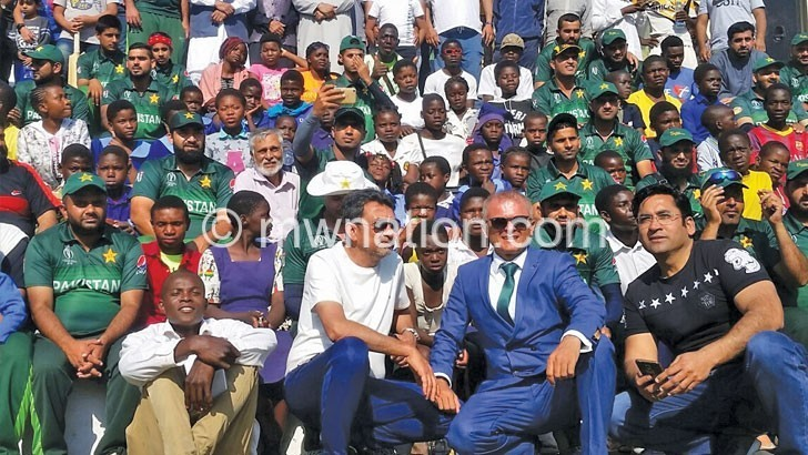Team Lilongwe poses with cricket lovers | The Nation Online