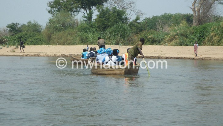 People cross Ruo at Makhanga | The Nation Online